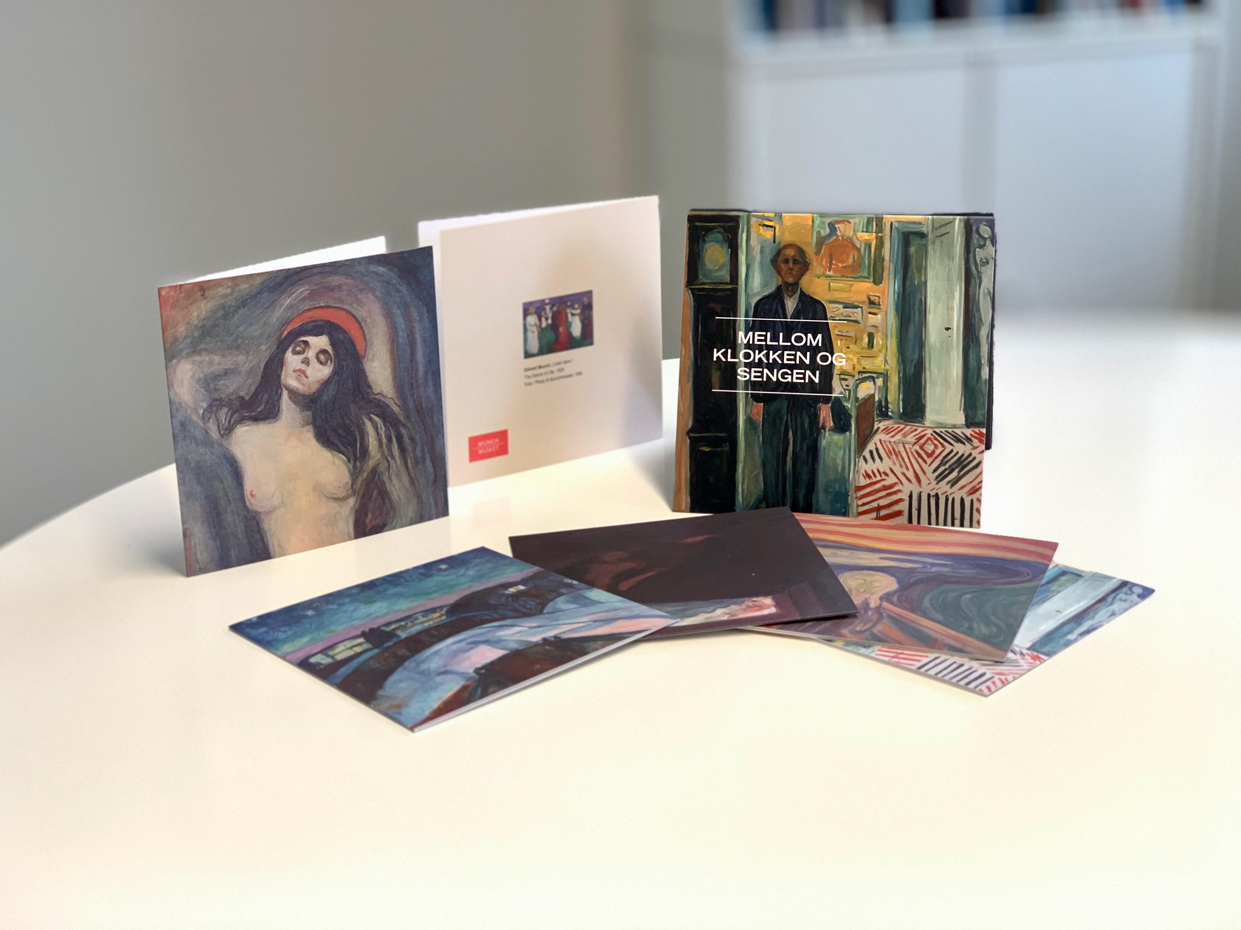 Foto af æsker og kort fra Munch Museet